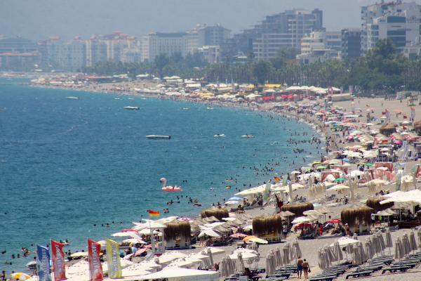 Tatilciler Konyaaltı Sahili'nde yoğunluk oluşturdu