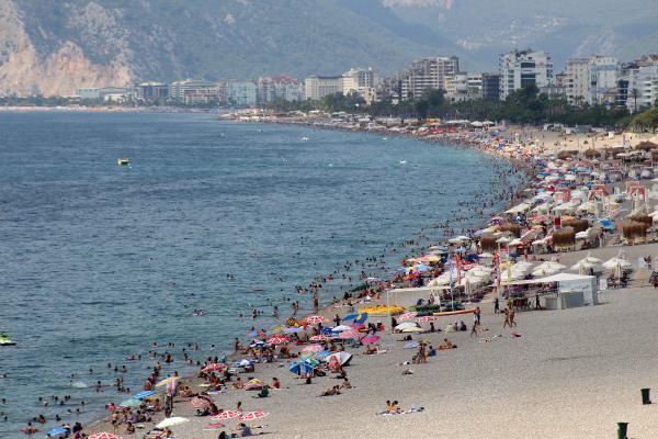 Tatilin son gününde Konyaaltı Sahili'nde yoğunluk