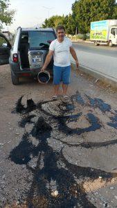 Toz kalkan yan yola tepki olsun diye yanık yağ döktü