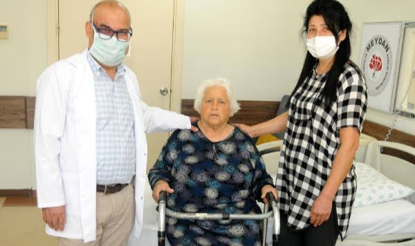 Yatağa bağımlı 78 yaşındaki 2 hasta, robotik cerrahiyle 24 saatte ayağa kalktı