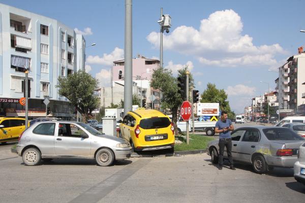 3 aracın karıştığı kaza ucuz atlatıldı