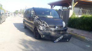 Vip tur minibüsü önce motosiklete, ardından park halindeki kamyonete çarptı