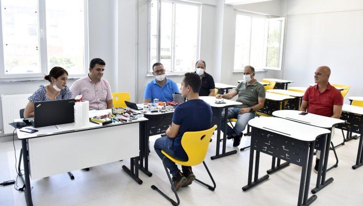 Adaylar OSB Teknik Koleji'ne kayıt olabilmek alet kullanıp hayallerini anlattılar
