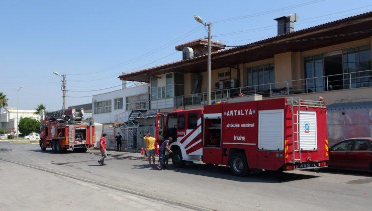 Akaryakıt istasyonu yakınındaki pano yangını korkuttu