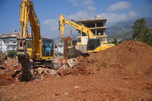 Alanya Belediyesi'nin yol çalışmaları sürüyor