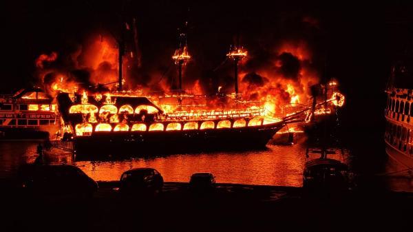 Alanya'da 4 gezi teknesi yandı