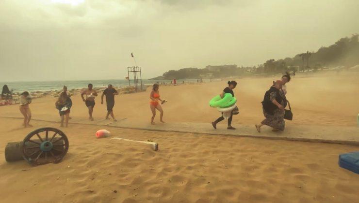 Alanya'da şiddetli yağmur ve fırtına tatilcilere zor anlar yaşattı