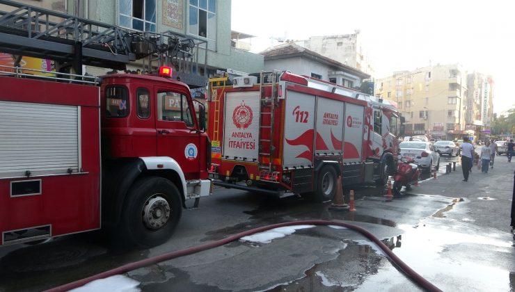 Antalya'da apartman dairesinde çıkan yangın korkuttu