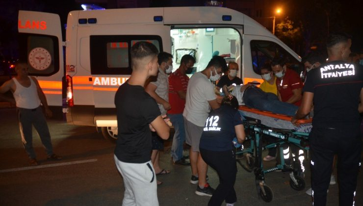 Antalya'da otomobil önce motosiklete sonra ağaca çarptı: 1 ölü, 5 yaralı