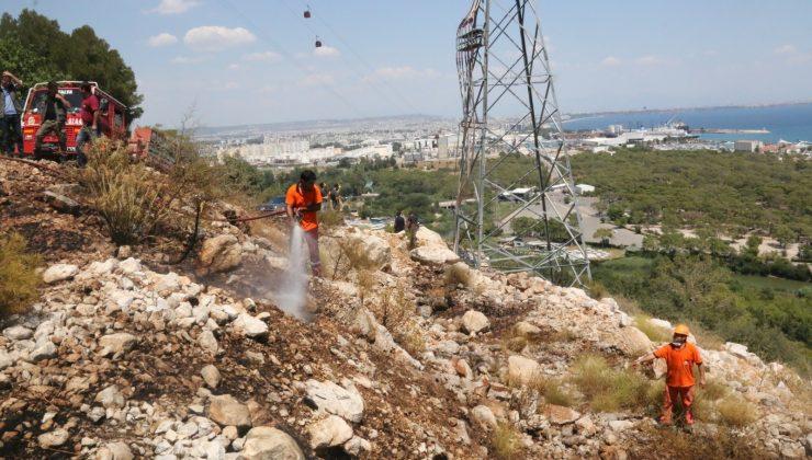 Antalya'da sahile yakın dağlık alanda çıkan yangın ekipleri alarma geçirdi