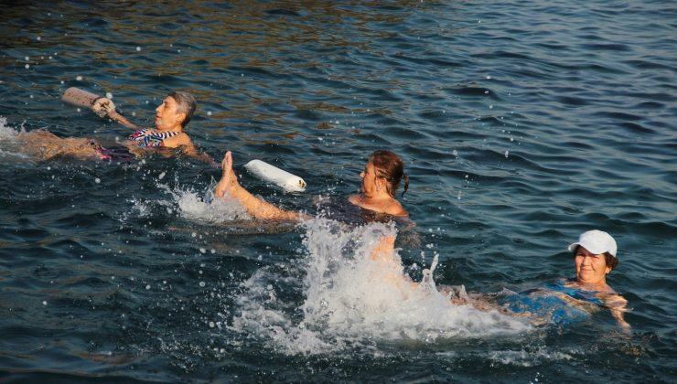 Antalya'da yaşları 20 ile 70 arasında değişen kadınlar, denizde su jimnastiği ile forma giriyor