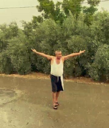 Antalya'da yaz ortasında yağmuru gören çiftçinin sevinci