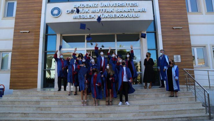 AÜ'de 8 fakülte ve 10 MYO çevrim içi mezuniyet töreni düzenledi