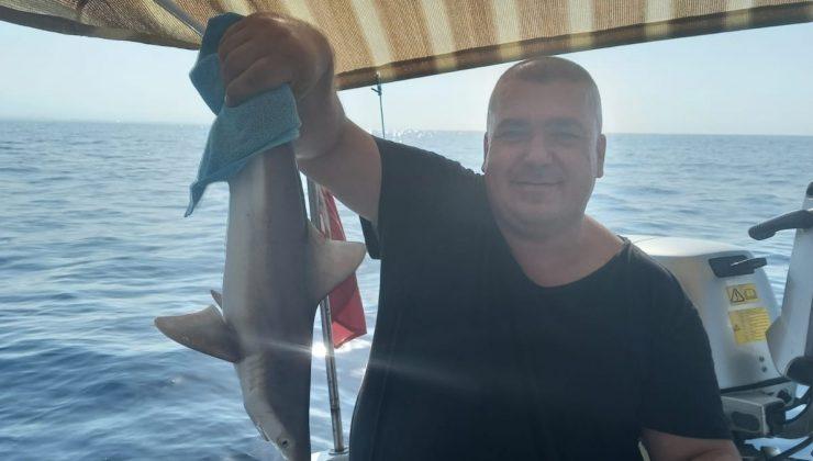 Balıkçı ağına takılan yavru köpek balığı kurtarılarak denize bırakıldı