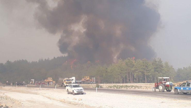 Beşkonak Mahallesini tehdit eden yangına 7 helikopter, 1 uçak müdahale ediyor