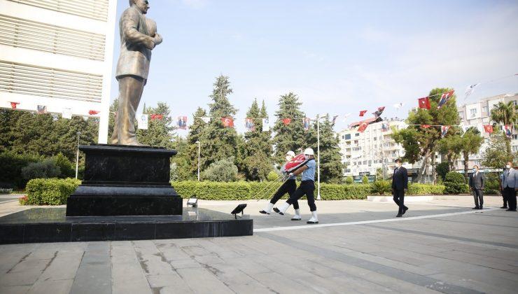 Büyükşehir Belediyesi önünde çelenk koyma töreni
