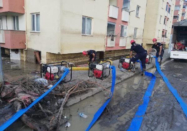 Büyükşehir İtfaiye ekibi selin vurduğu Kastamonu'da