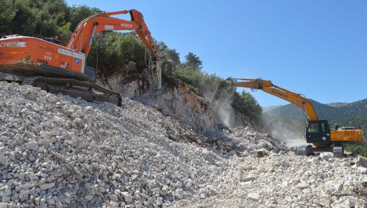 Büyükşehirden Korkuteli'nde yol genişletme ve asfalt çalışması