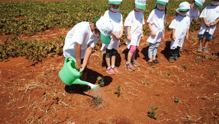 Çocuklar, Antalya Orman Çiftliğinde fidanları toprakla buluşturdu