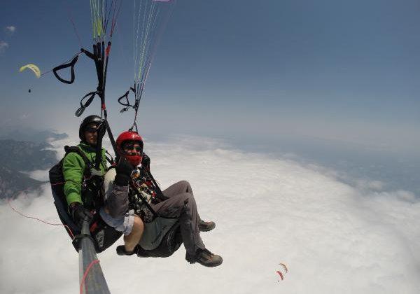 Dağın zirvesinden deniz seviyesine uçuş keyfi