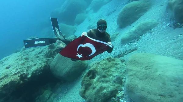 Denizde Türk bayrağı dalgalandırdı