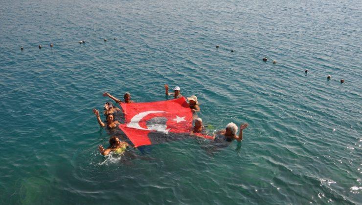 Finike'de kadınlar, denizde Türk bayrağı açtı