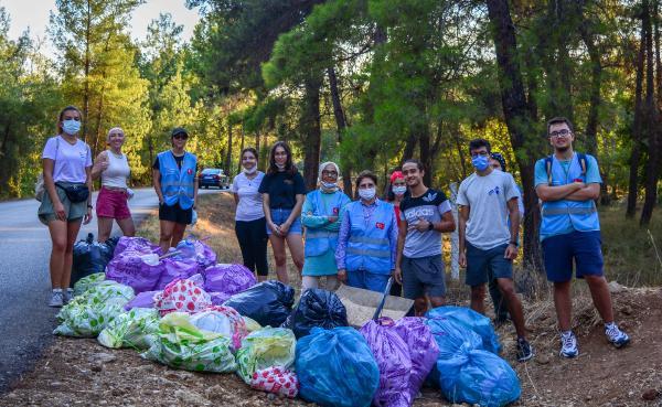 Gönüllüler ormandan 66 torba çöp topladı