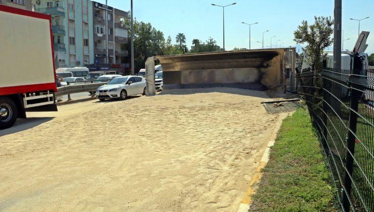 Hafriyat kamyonu devrildi, tonlarca kum yola saçıldı