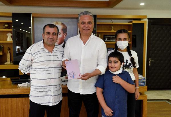İmzalı kitabını Başkan Uysal'a hediye etti