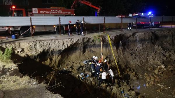 İnşaat işçisi kayan toprak altından vinç yardımıyla çıkarıldı