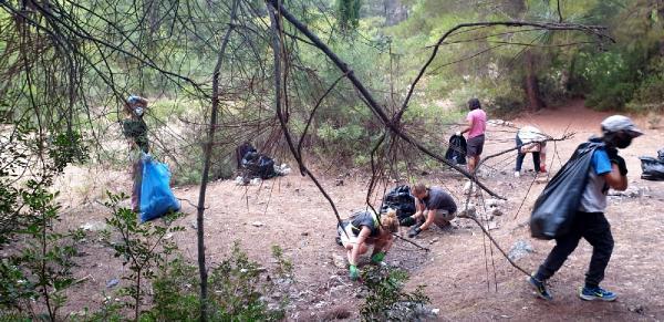 Kalkan gönüllüleri, orman yangını çıkarabilecek 300 torba çöp topladı