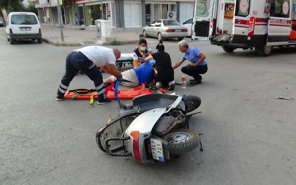 Kasksız motosiklet sürücüsü, kazada ağır yaralandı