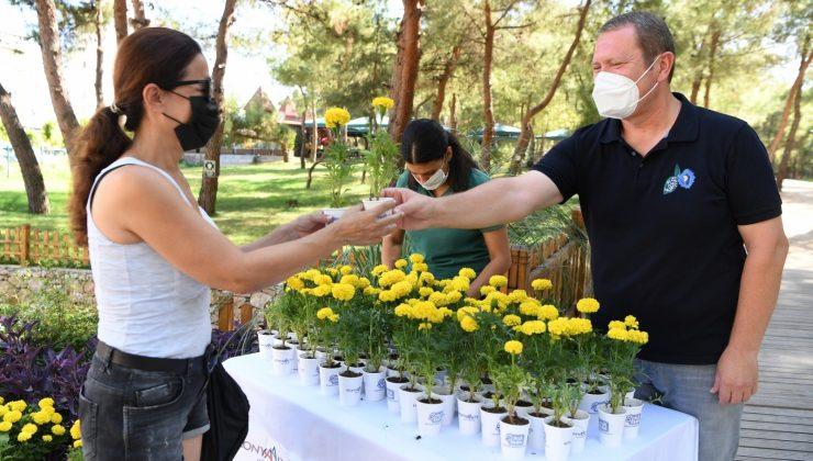 Konyaaltı Belediyesi'nden vatandaşlara 10 bin hediye çiçek