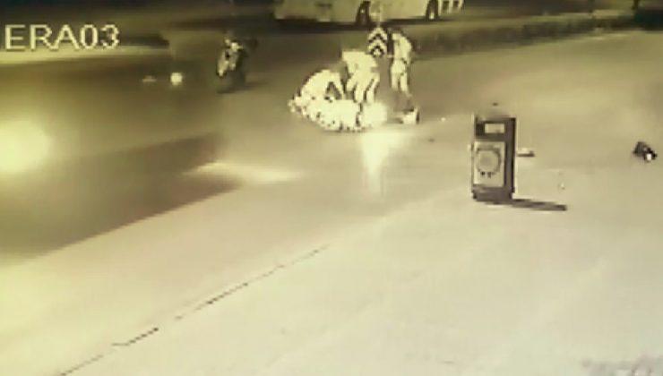 Minibüs, yerde yatan kazazedeye yardım için koşan vatandaşların arasına daldı