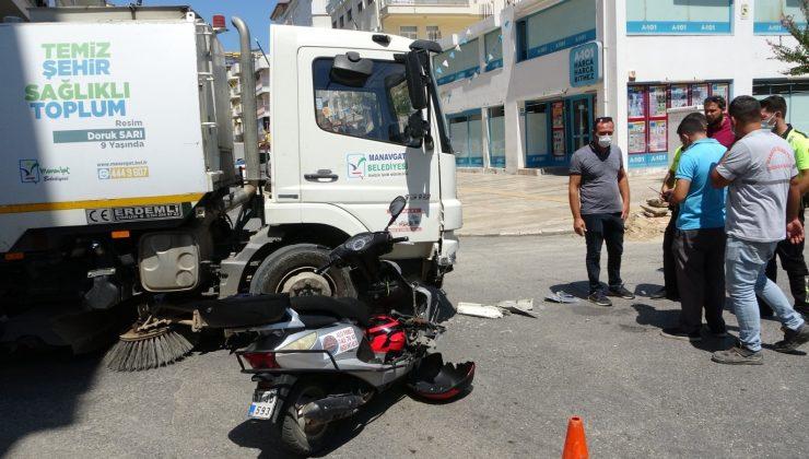 Motosiklet, belediyenin temizlik aracına çarptı: 1 yaralı