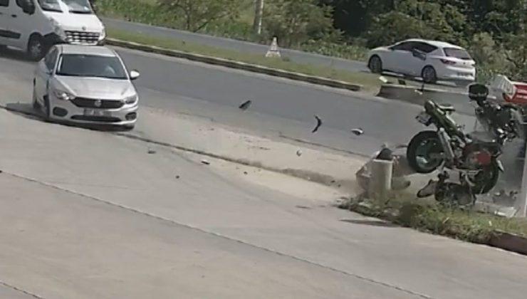Motosikletin otomobile çarptığı anlar kamerada