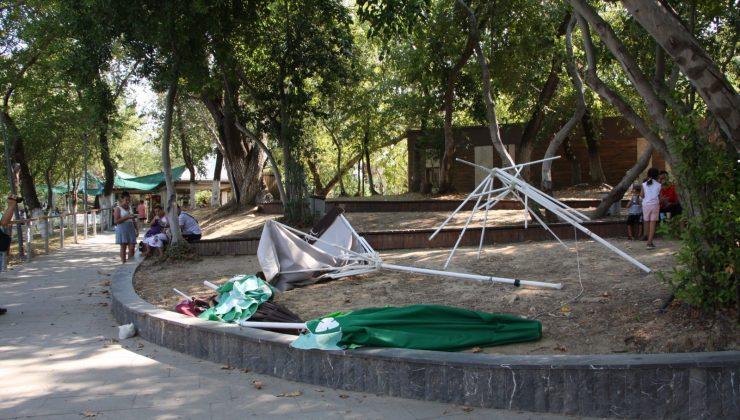 (ÖZEl) Manavgat Şelale'sinden su alan yangın helikopterinin rüzgarı, gölgelikleri uçurdu