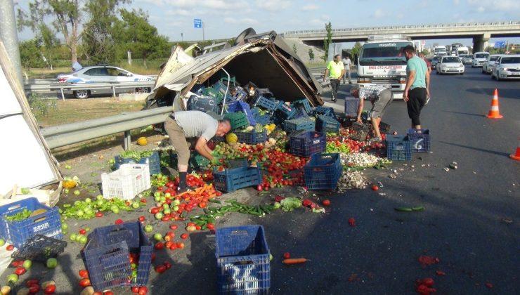 (ÖZEL) Meyve sebze yüklü kamyonet devrildi, karayolu manav tezgahına döndü