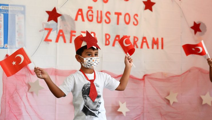 Sağlıkçıların çocukları, kreşte 30 Ağustos'u kutladı