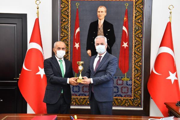 Şampiyon 'Demir Adam' kupasını Vali Seymenoğlu'ndan aldı