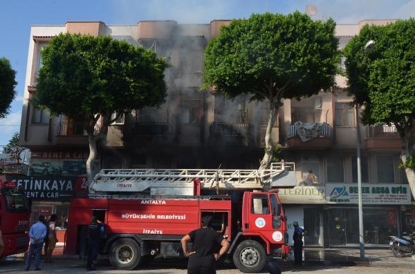 Serik'te çiçekçi dükkanı yandı