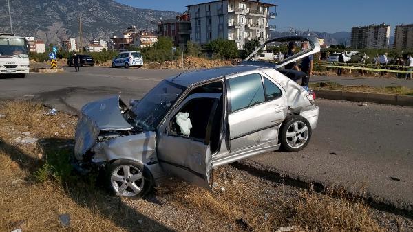 Servis beklerken, kazada savrulan araçların çarpmasıyla öldü