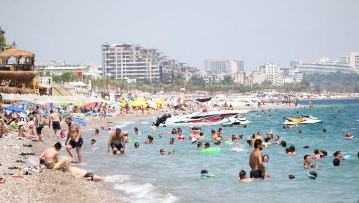 Sıcaklık 40 dereceyi buldu Antalya'da sahiller doldu taştı