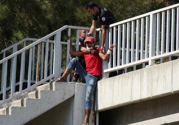 Üst geçitten atlamak üzereyken polis yakaladı