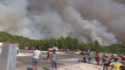 Vatandaşlar mahalleye yaklaşan alevlere yangın söndürme tüpüyle müdahale etti