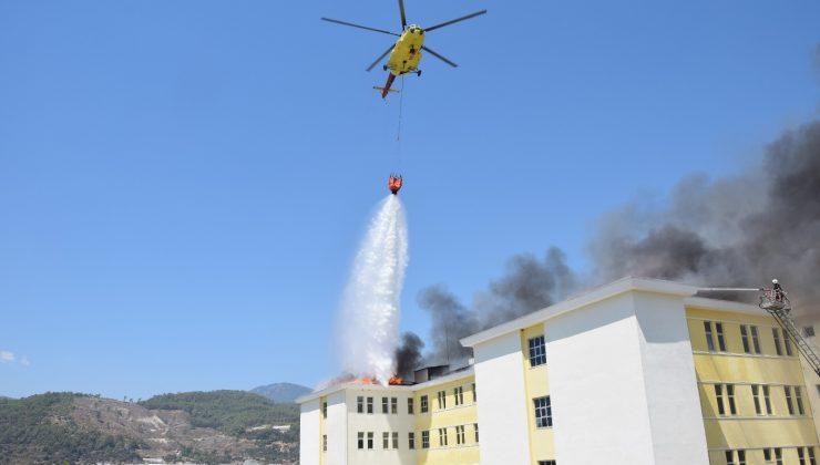 Yurt binasının çatısındaki yangına helikopterli müdahale