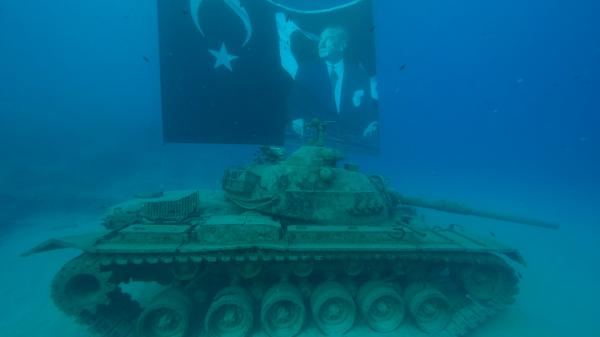 Zaferin yıl dönümünde deniz altında 45 tonluk tankla poz