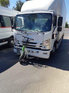 Kamyonun çarptığı elektrikli bisiklet sürücüsü kadın ağır yaralandı