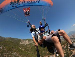47 yıl önce Beşparmak Dağları'na paraşütle inen Kıbrıs gazileri, yamaç paraşütüyle eski günlerine döndü