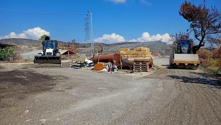 Afetzedeler için kurulan konteynırların önüne mıcır serimi yapılıyor